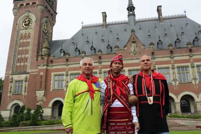 3 tua adat dimuka gedung istana